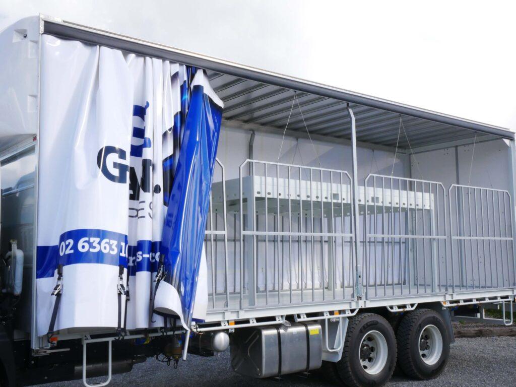 Tautliner truck body including customised shelving system